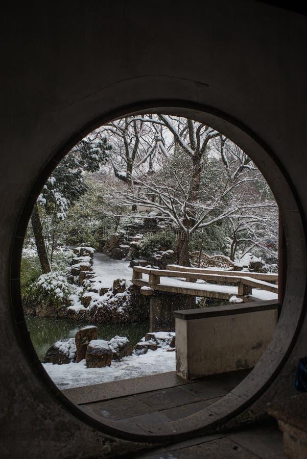 O jardim do administrador humilde na neve, suzhou antigo, porcelana fotografia de stock royalty free