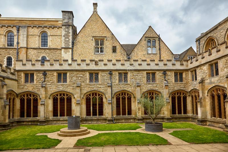 O jardim do claustro da catedral da igreja de Cristo Universidade de Oxford inglaterra foto de stock