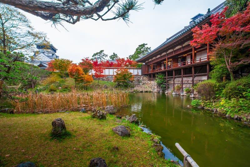 O jardim do estilo japonês, o fundo é castelo de Kokura foi construído por Hosokawa Tadaoki em 1602, construção histórica O caste fotos de stock