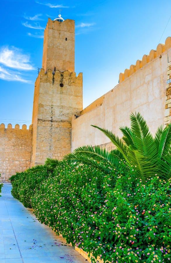 O jardim e as paredes medievais fotos de stock royalty free