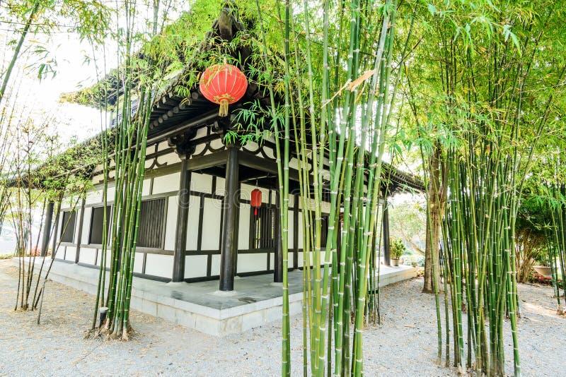 O jardim e a casa de bambu chineses fotografia de stock