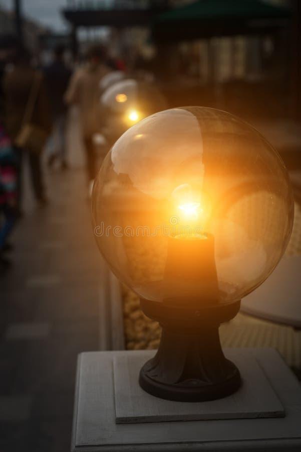 O jardim ilumina-se com a bateria solar na rua imagem de stock