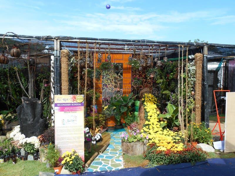 O jardim pequeno do bolso feito da mistura de recicla o material e a flor fotos de stock royalty free