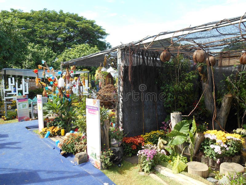 O jardim pequeno do bolso feito da mistura de recicla o material e a flor fotos de stock