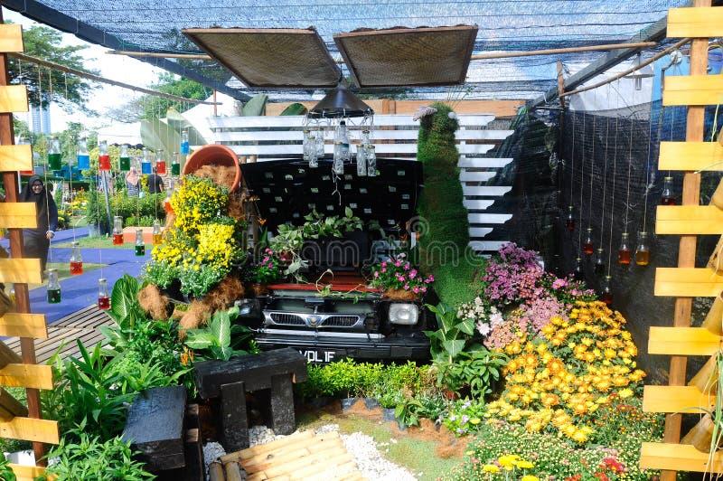 O jardim pequeno do bolso feito da mistura de recicla o material e a flor foto de stock