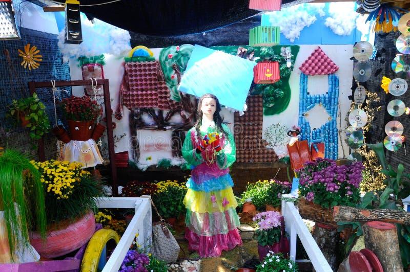 O jardim pequeno do bolso feito da mistura de recicla o material e a flor fotografia de stock royalty free