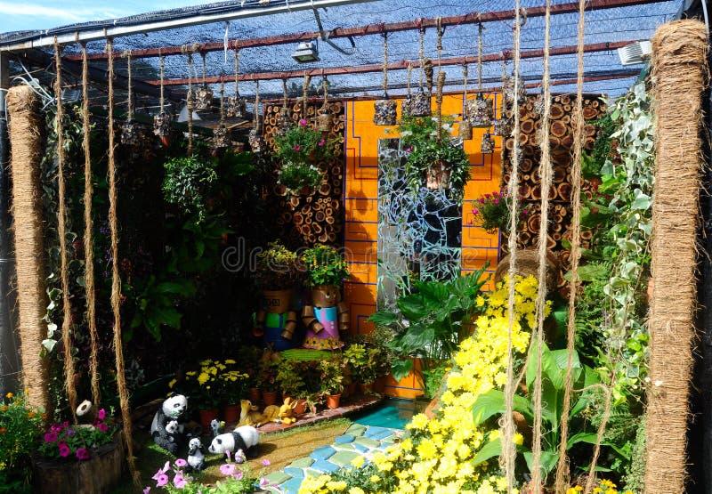 O jardim pequeno do bolso feito da mistura de recicla o material e a flor foto de stock royalty free