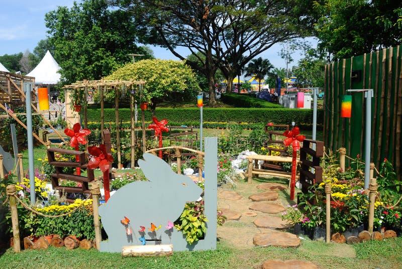 O jardim pequeno do bolso feito da mistura de recicla o material e a flor imagens de stock
