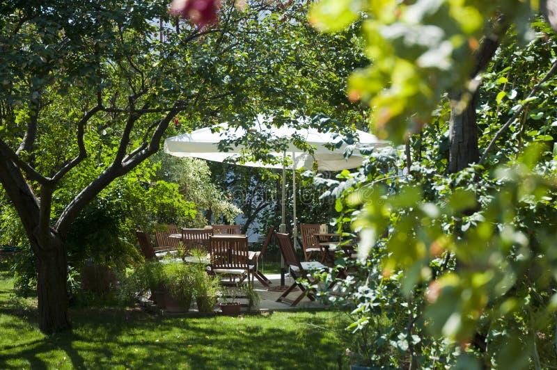 O jardim verde e algum jardim de madeira apresentam a vista muito agradável na natureza Bodrum imagem de stock