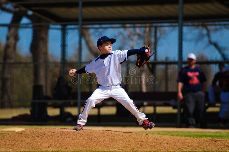 O jarro do basebol da juventude enrola dentro acima imagens de stock royalty free