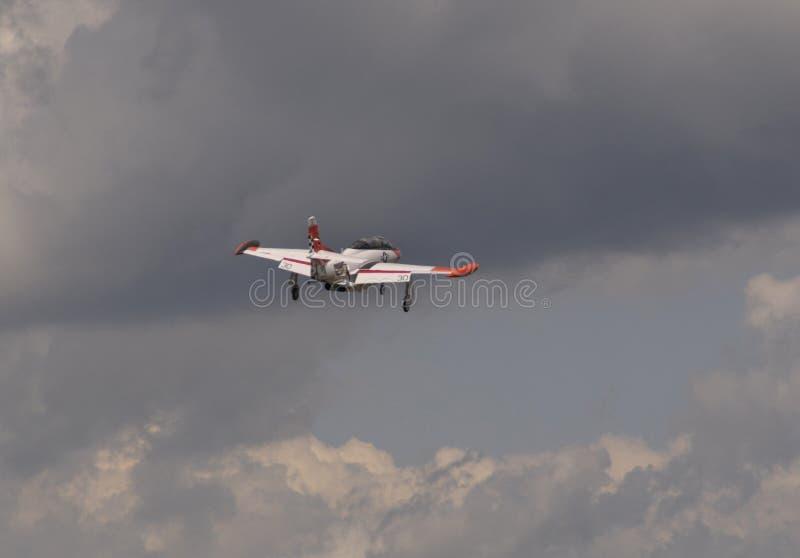 O jato da Marinha voando nos céus sobre Michigan foto de stock