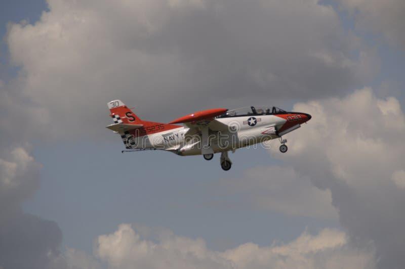 O jato da Marinha voando nos céus sobre Michigan foto de stock royalty free