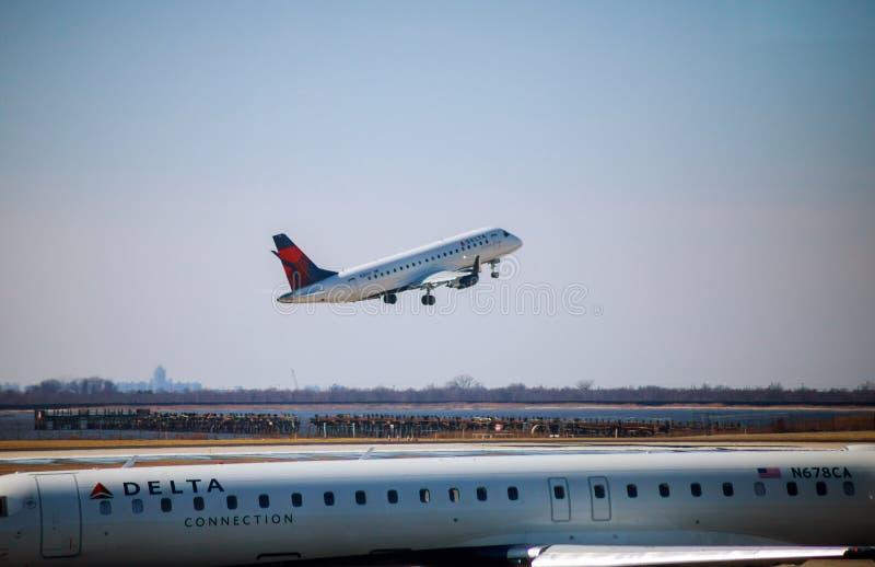 O jato de Delta Airlines decola em John F Kennedy International Airport fotografia de stock