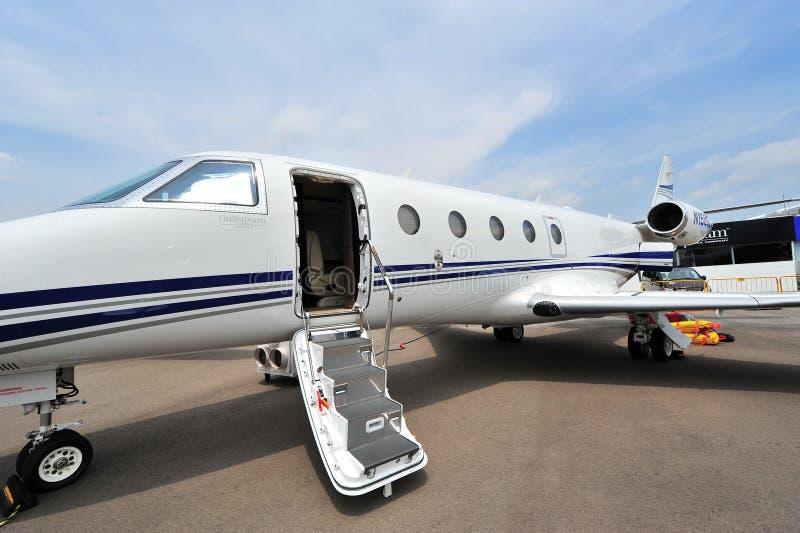 O jato do negócio de Gulfstream G150 com sua porta abriu em Singapura Airshow fotos de stock royalty free