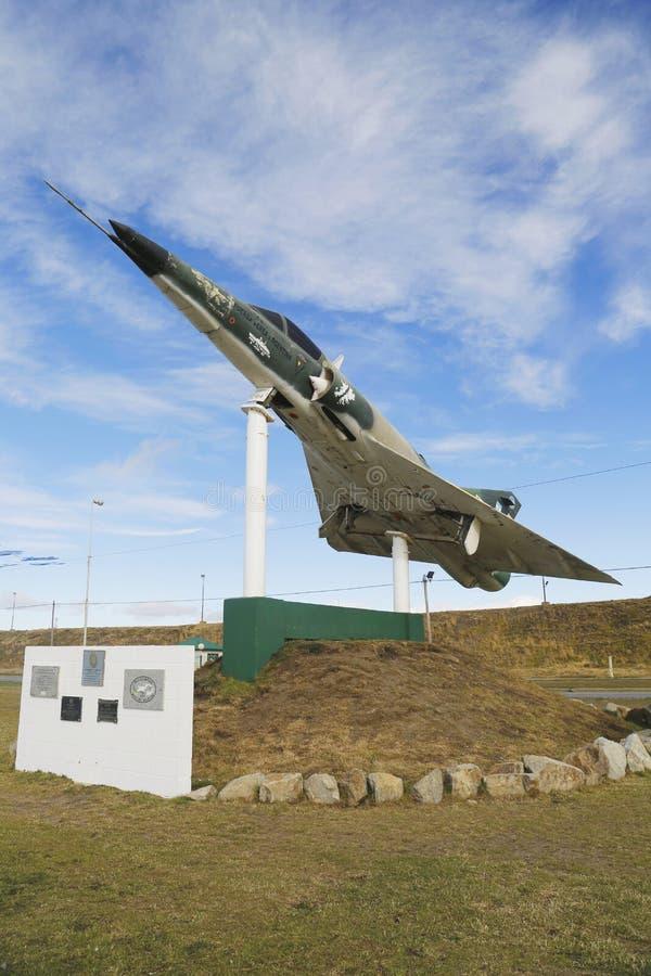 O jato naval de Argentina nos soldados caídos do monumento de Malvinas Malvinas guerreia em Rio Grande, Argentina imagem de stock royalty free