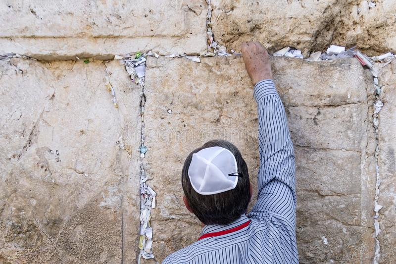 O Jerusalém Israel, deixa a letra com uma oração O judeu do turista põe uma letra com um pedido ao deus na diferença no fotos de stock