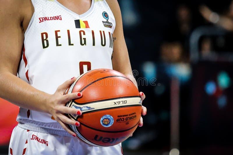 O jogador de basquetebol belga guarda a bola de jogo oficial de FIBA foto de stock royalty free