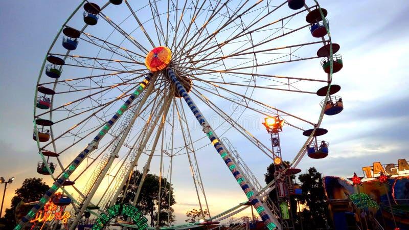 O jogador de Ferris Wheel e aprecia fotos de stock