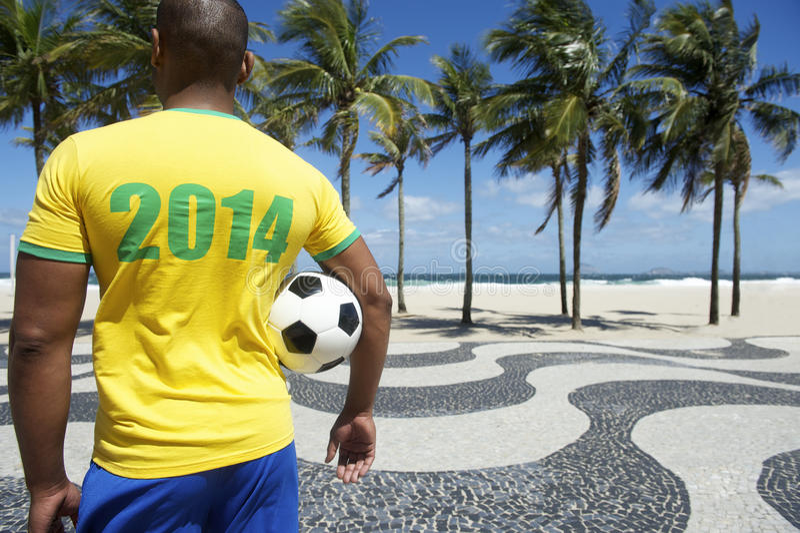 O jogador de futebol brasileiro do futebol veste o Rio 2014 da camisa fotografia de stock