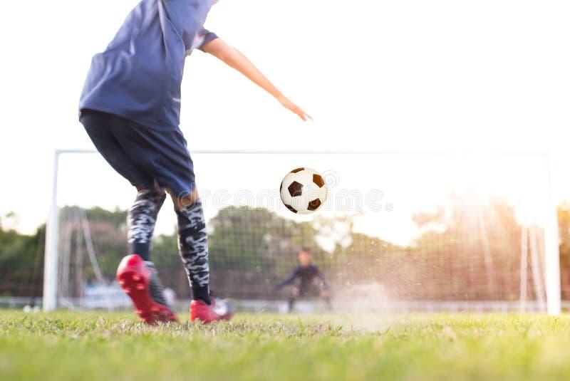 O jogador de futebol do futebol da equipe consegue a bola livrar o pontapé ou o pontapé de grande penalidade fotos de stock royalty free
