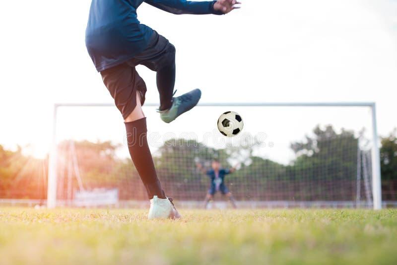 O jogador de futebol do futebol da equipe consegue a bola livrar o pontapé ou o pontapé de grande penalidade fotos de stock