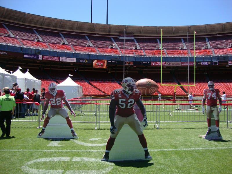 o jogador de futebol 49er cortou o suporte no campo em FanFest fotos de stock royalty free