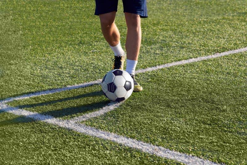 O jogador de futebol está preparando-se para golpear um pontapé de canto no objetivo fotografia de stock royalty free