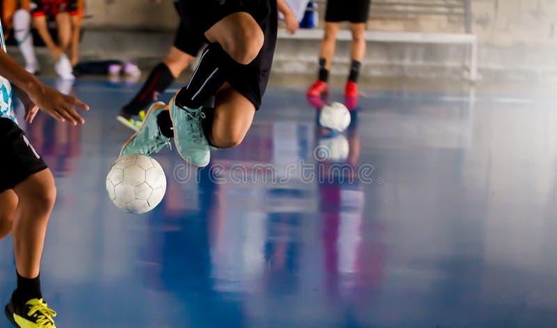 O jogador de Futsal salta com armadilha e controla a bola para o tiro a imagem de stock royalty free