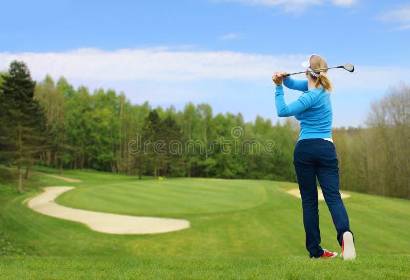 O jogador de golfe bateu uma bola de golfe fotografia de stock