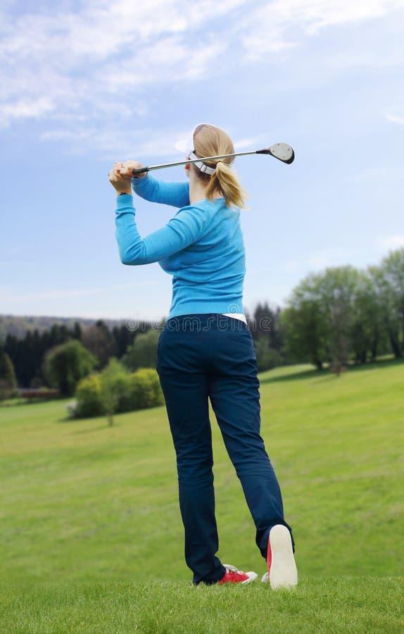 O jogador de golfe bateu uma bola de golfe imagem de stock royalty free