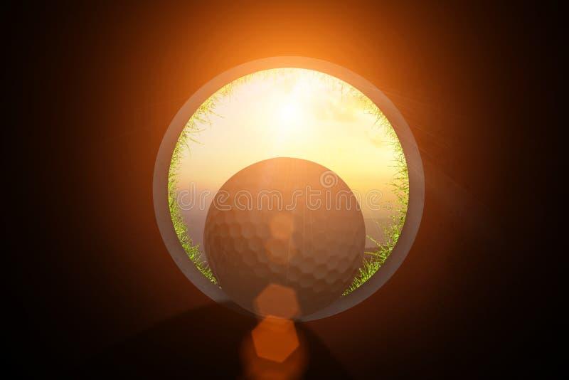 O jogador de golfe na opinião da bola de golfe do interior do furo do copo no alargamento verde do jogo e da lente do clube de go imagem de stock royalty free