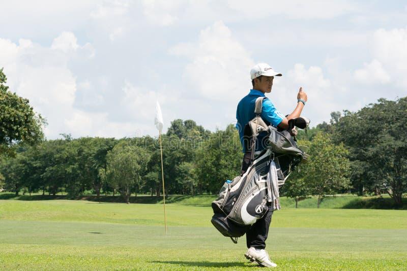O jogador de golfe novo tailandês no campo de golfe e prepara-se pelo tempo da prática antes entra no competiam do golfe em Chian foto de stock royalty free