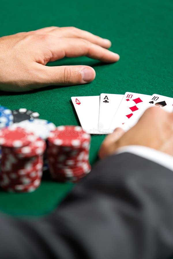O jogador de póquer abre seus cartões imagens de stock royalty free