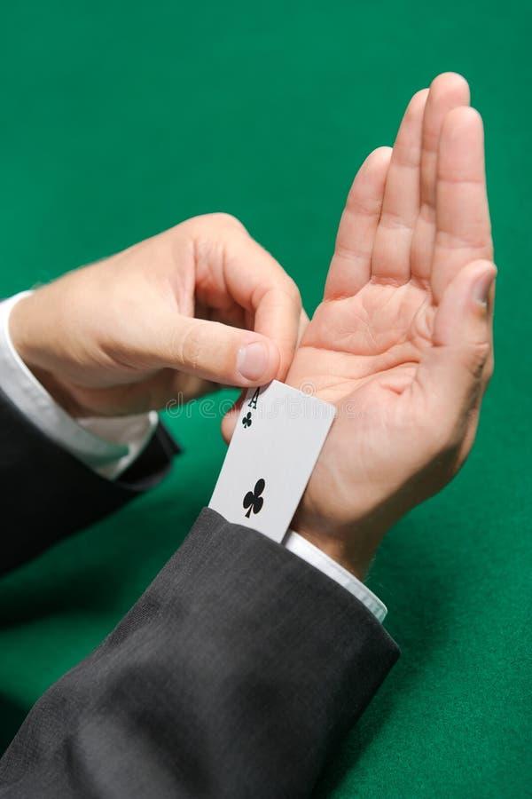O jogador de póquer engana-se com o cartão do póquer da luva imagens de stock