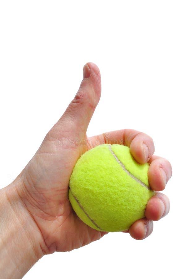 O jogador de ténis que dá os polegares levanta o sinal imagens de stock royalty free