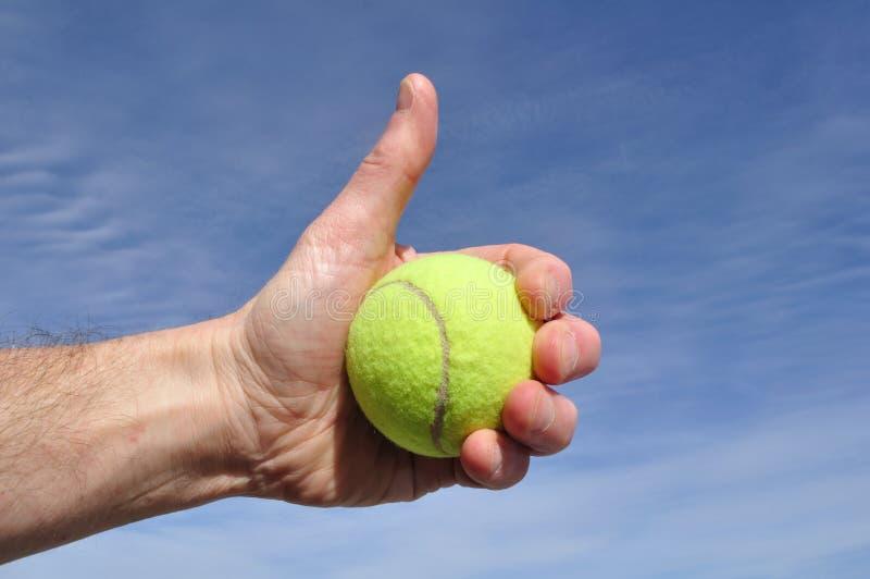 O jogador de ténis que dá os polegares levanta o sinal fotos de stock royalty free