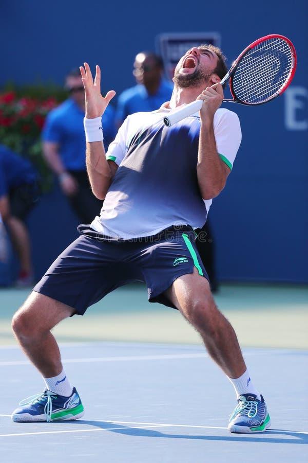 O jogador de tênis profissional Marin Cilic comemora a vitória após o fósforo 2014 do quartos de final do US Open foto de stock royalty free