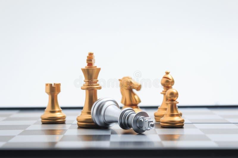 O jogador do ouro do jogo de mesa da xadrez matou o rei de prata para COM do negócio fotos de stock