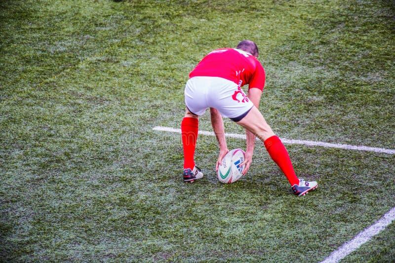 O jogador do rugby agarra a bola oval imagens de stock royalty free