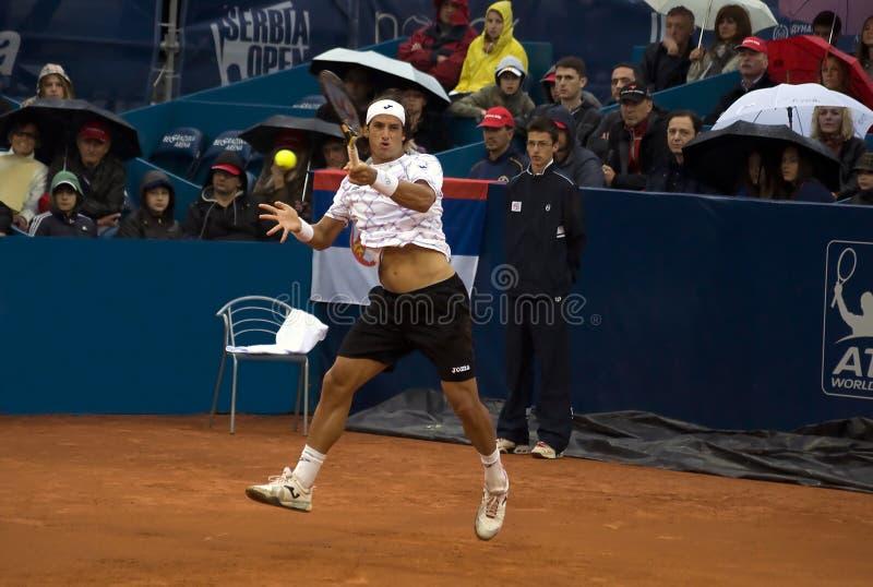 O jogador López salta e retorna uma esfera fotografia de stock