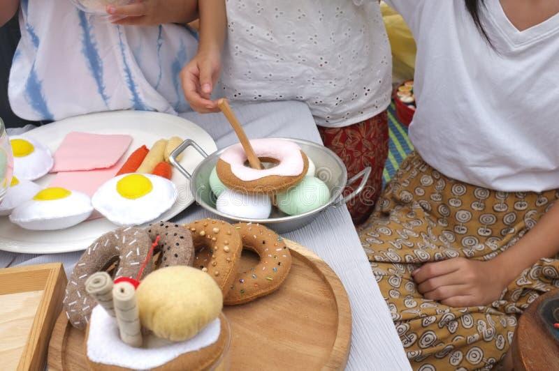 O jogo bonito pequeno asiático das meninas é o vendedor do alimento , Tom do vintage do efeito fotos de stock royalty free