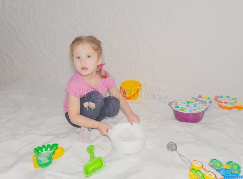 O jogo da caverna de sal da criança entrega a prevenção da constipação comum fotos de stock
