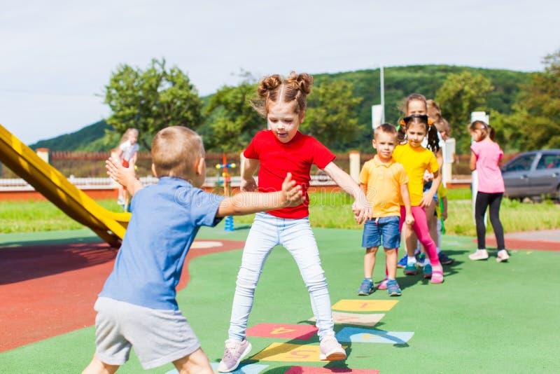 O jogo das crianças favoritas para todas as gerações fora no verão imagens de stock
