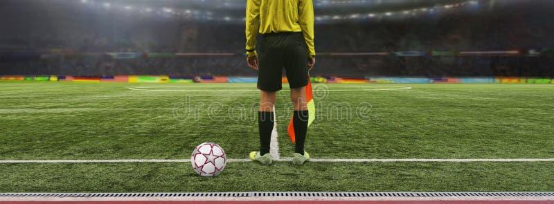 O jogo de futebol do árbitro está no campo antes do jogo, rea fotografia de stock royalty free