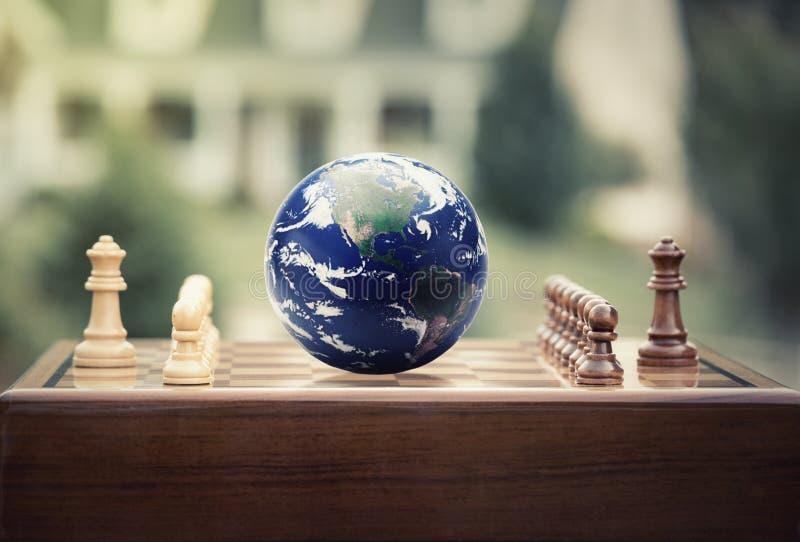 O jogo de xadrez figura o globo da terra no fundo home fotos de stock
