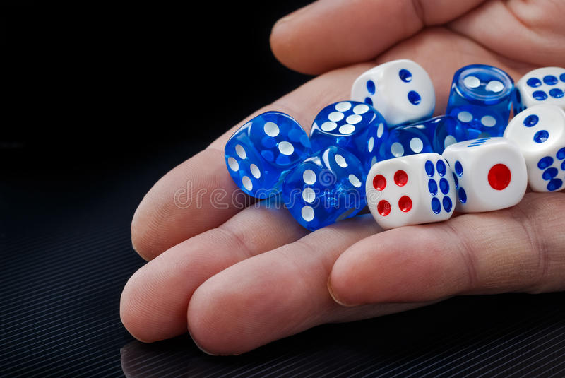 O jogo masculino da mão corta no fundo escuro foto de stock royalty free