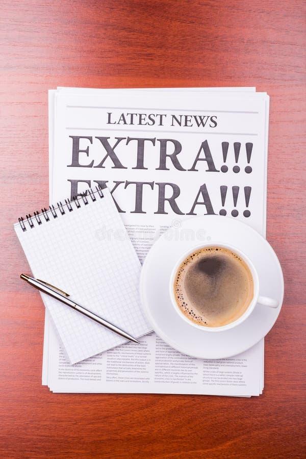 O jornal EXTRA! EXTRA! e café fotos de stock royalty free
