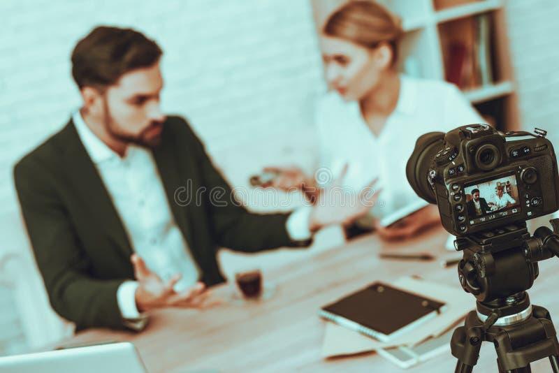O journalista está entrevistando um homem de negócios no vídeo imagens de stock royalty free