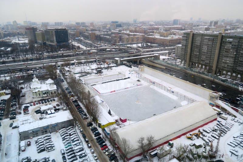 O jovem abre caminho o estádio no inverno, Moscou, Rússia foto de stock