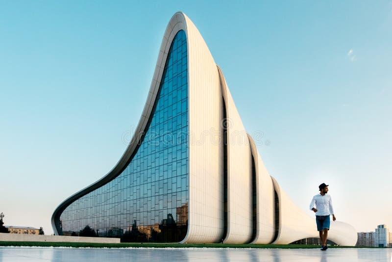 O jovem anda perto de Heydar Aliev Center, Baku, Azerbaijão fotos de stock royalty free